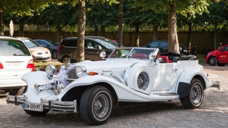 Ретро-автомобиль на улице Парижа