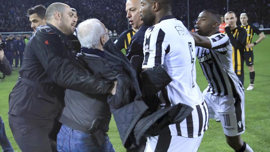 Владелец ФК ПАОК сорвал матч, выбежав на поле с пистолетом