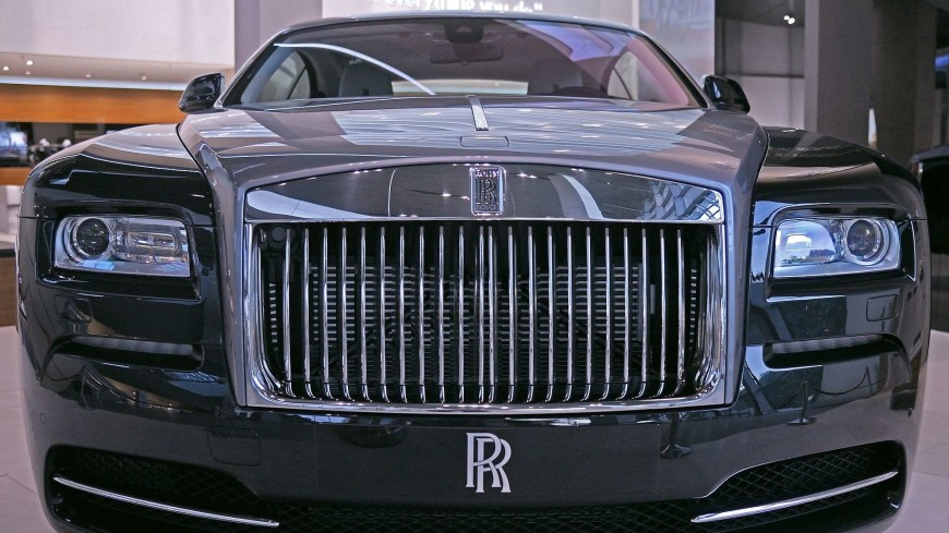 Казахстанец устроил краш-тест Rolls-Roys внутри автосалона