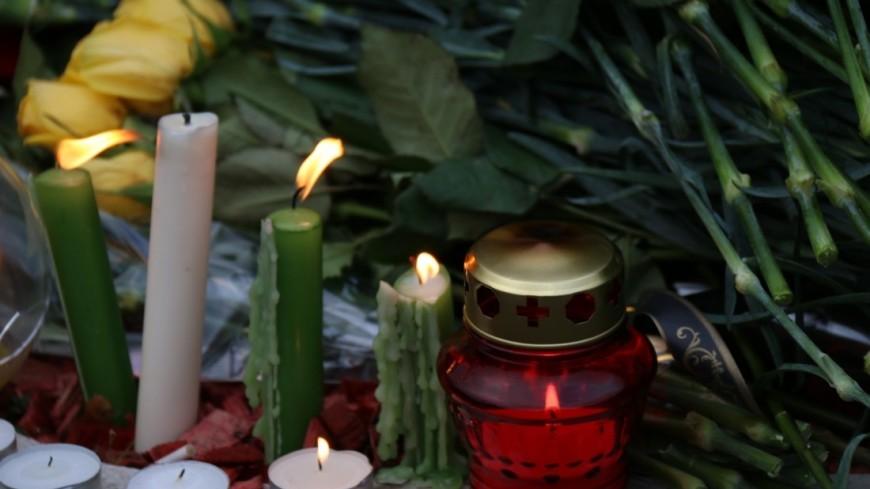 Жители Лондона несут цветы к российскому посольству