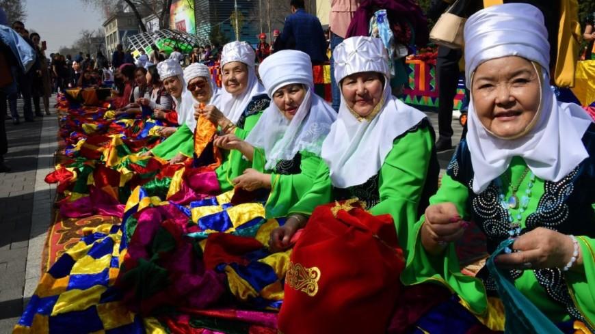 Идут на рекорд: в Казахстане шьют самое большое лоскутное одеяло
