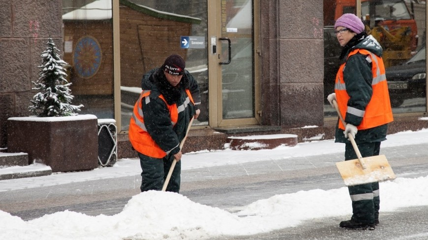 Приближая весну: в Москве коммунальщики начали ворошить снег