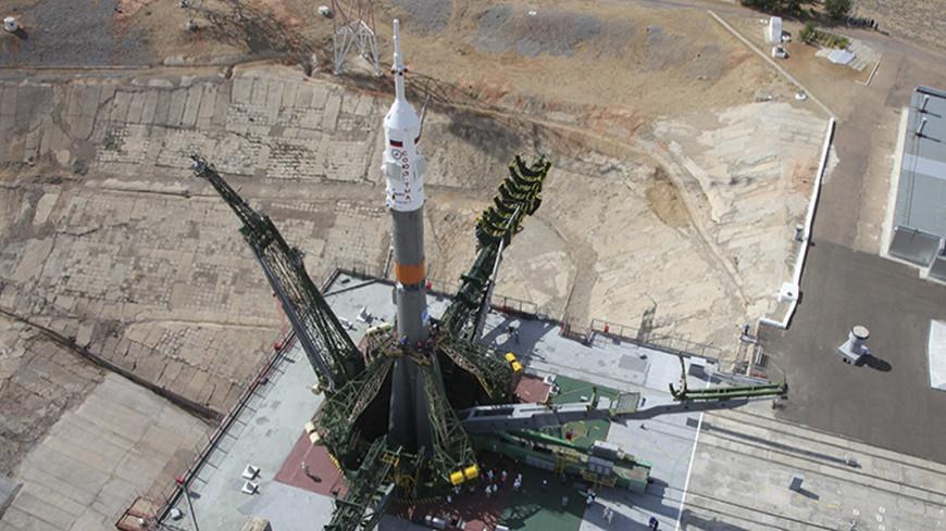 Ракету с пилотируемым кораблем «Союз» установили на стартовый стол