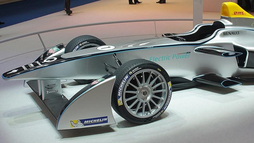 Болид «Формулы-Е» посоревновался в скорости с двумя самолетами