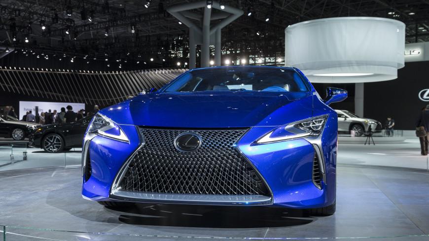 Lexus предложил заводить машину, облизывая руль