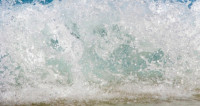 Вырвавшийся из-под земли фонтан воды сбил с ног пенсионерку