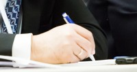 """Фото: Татьяна Константинова, """"«Мир 24»"""":http://mir24.tv/, документ, подпись документов, анкета, бизнес, договор, подписание договора, рука"""