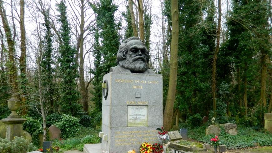 С днем рождения, товарищ! Зюганов возложил цветы к гранитному Марксу