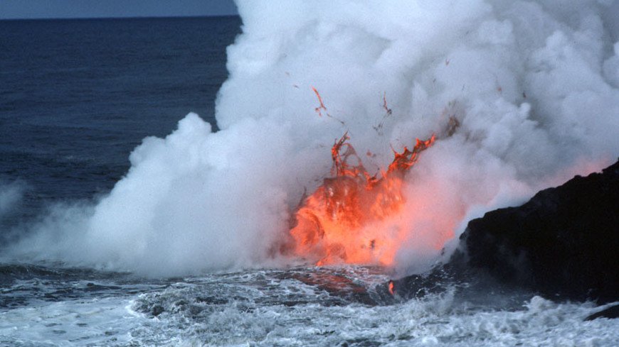 Лава на Гавайях наступает на океан