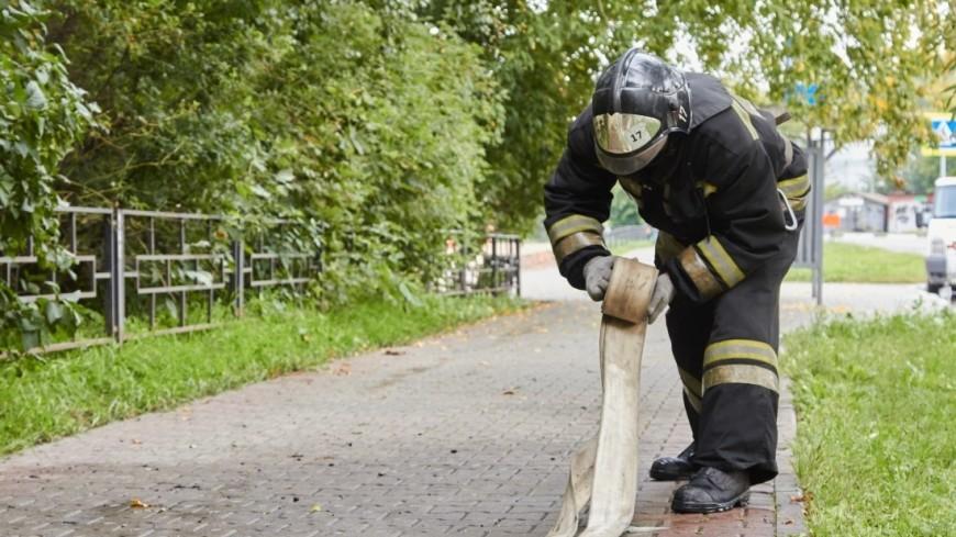 На севере Москвы загорелся оборудованный под автосервис ангар