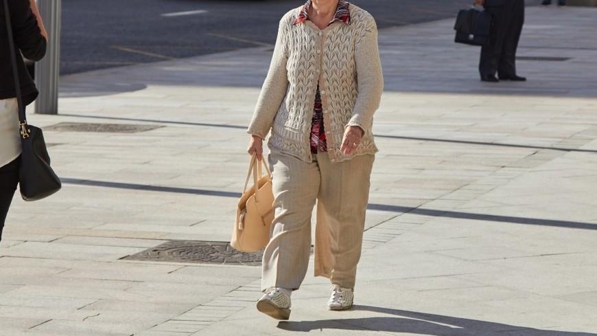 Пенсионерка прогуливается в центре города,пенсионер, бабушка, старушка, безность, пенсионерка, платок, костыль, ,пенсионер, бабушка, старушка, безность, пенсионерка, платок, костыль,
