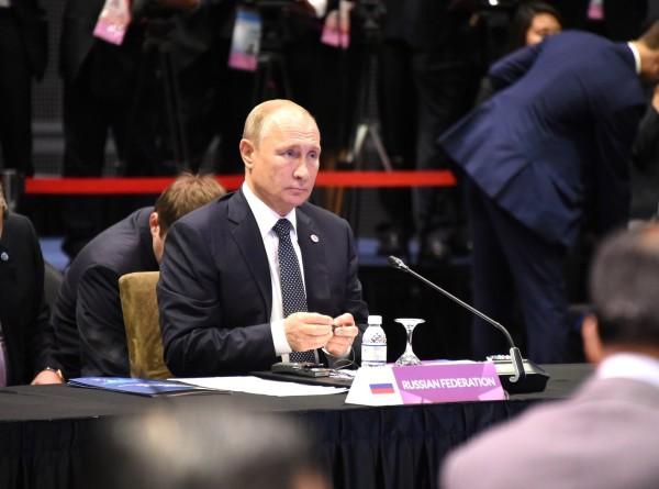 Путин перед Восточноазиатским саммитом поговорил с Пенсом и Болтоном