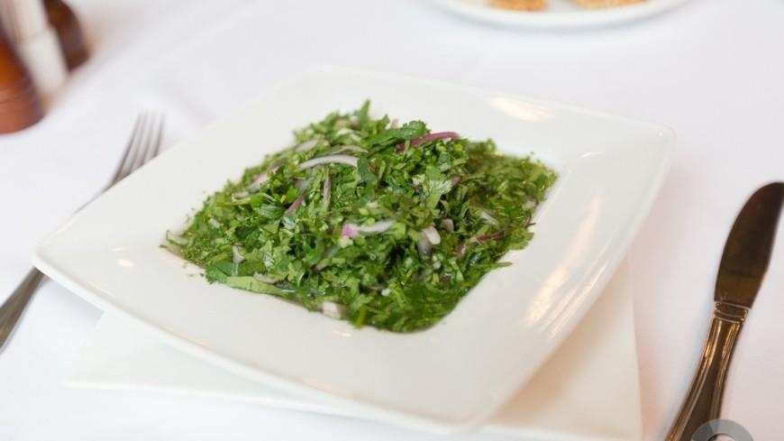 """""""Фото: Алан Кациев (МТРК «Мир»)"""":http://mir24.tv/, форель в соусе, рыба, зелень, лук, петрушка, чеснок, салат, блюдо, еда"""