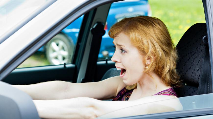 Психологи рассказали, почему люди любят петь за рулем