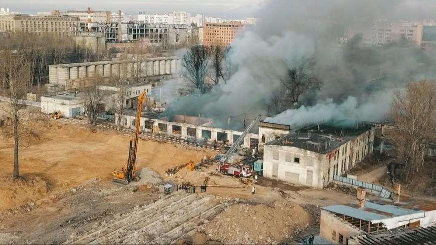 В Кузьминках вспыхнула крыша склада: огонь охватил более 1000 кв. м