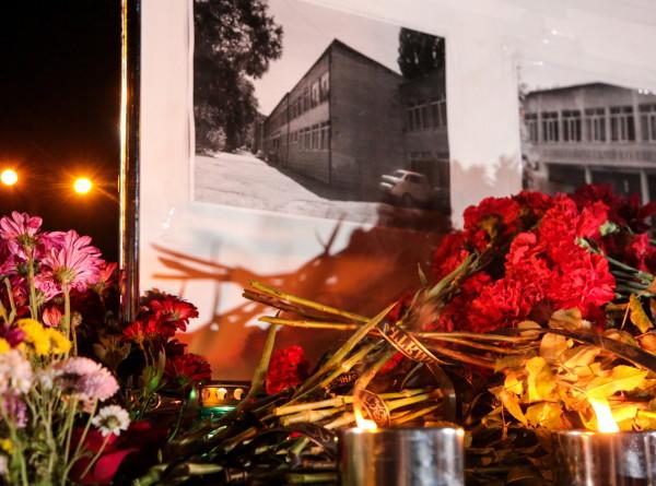 Россияне несут цветы к стихийным мемориалам в своих городах