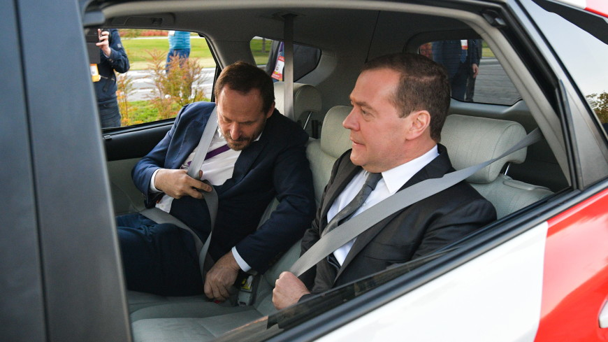 Медведев одним из первых опробовал беспилотный автомобиль