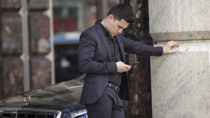 """Фото: Мария Андросова (МТРК «Мир») """"«Мир 24»"""":http://mir24.tv/, телефон, люди, мужчины, мужчина, бизнесмен, бизнес, костюм, смартфон"""