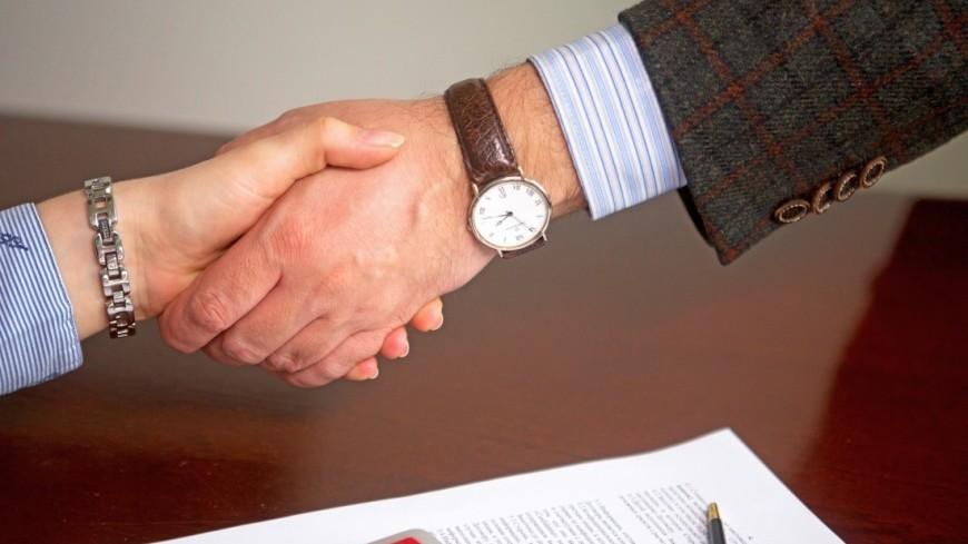 """Фото: Алан Кациев (МТРК «Мир») """"«Мир 24»"""":http://mir24.tv/, экономика, документы, подпись документов, договор, калькулятор, рукопожатие, бизнес"""
