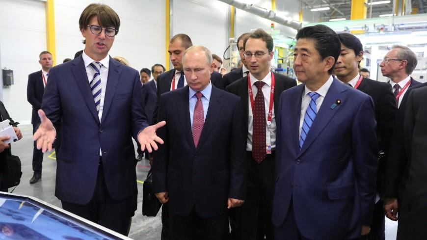 Путин и Абэ посмотрели, как делают двигатели для автомобилей Mazda