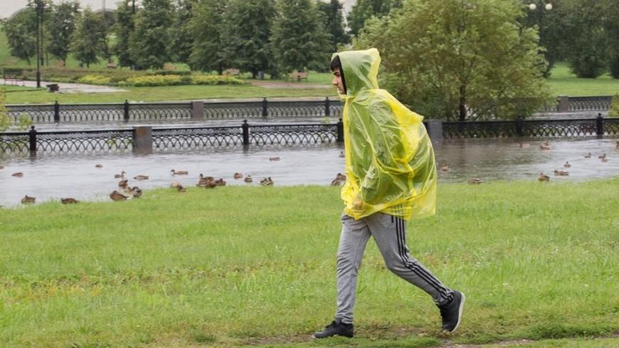Москва в буквальном смысле поплыла из-за сильных дождей. На город обрушилась ливневая стена - такого, по данным синоптиков, не было уже 130 лет. ,дождь, ливень, лужа, погода, дождевик, люди,дождь, ливень, лужа, погода, дождевик, люди