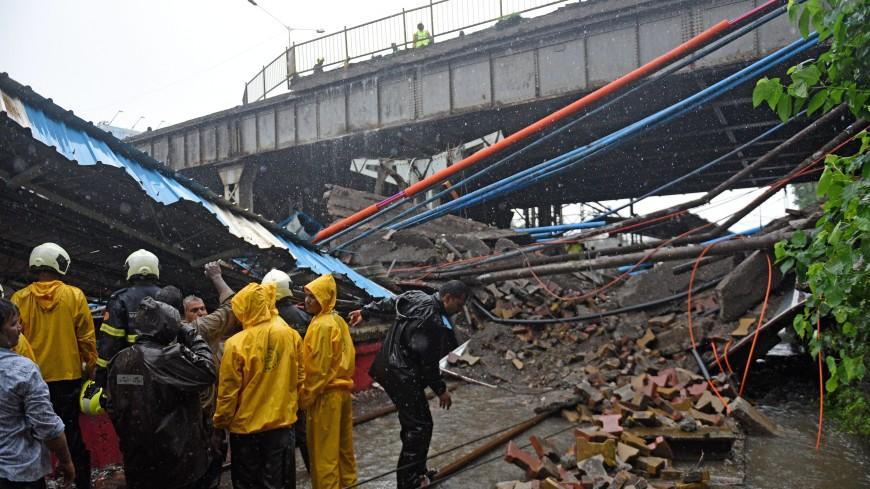 В индийской Калькутте обрушился мост: есть жертвы
