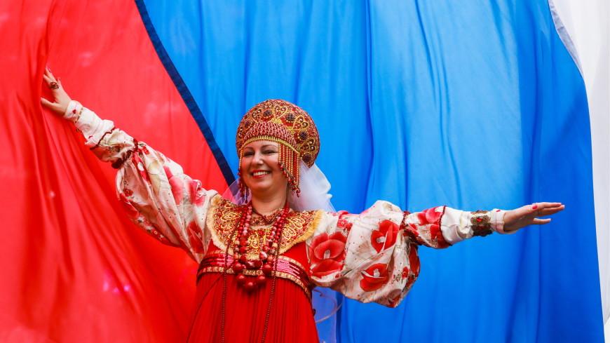 Россияне идут на выборы в народных костюмах и с пирогами