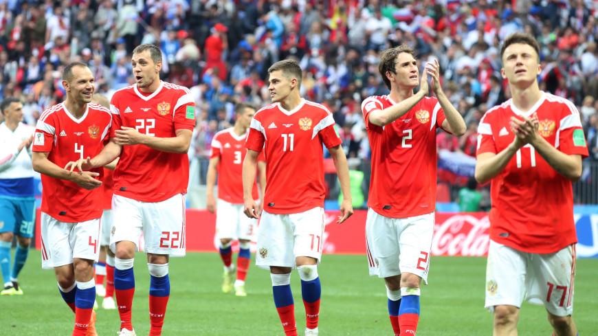 Футболисты сборной России вышли на тренировку с накладными усами