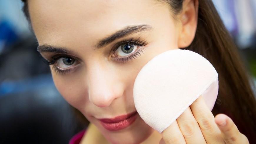 """Фото: Алан Кациев (МТРК «Мир») """"«Мир 24»"""":http://mir24.tv/, умывание, красота, макияж, стилист, визажист, косметика, девушка, кисти, кисти для макияжа, румяна, пудра, спонж"""
