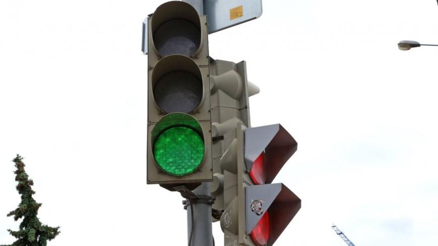 "Фото: Максим Кулачков (МТРК «Мир») ""«Мир 24»"":http://mir24.tv/, светофор зеленый, светофор, дорога, транспорт, машина"
