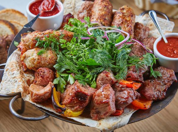 Из мяса, птицы и рыбы: лучшие рецепты майского шашлыка