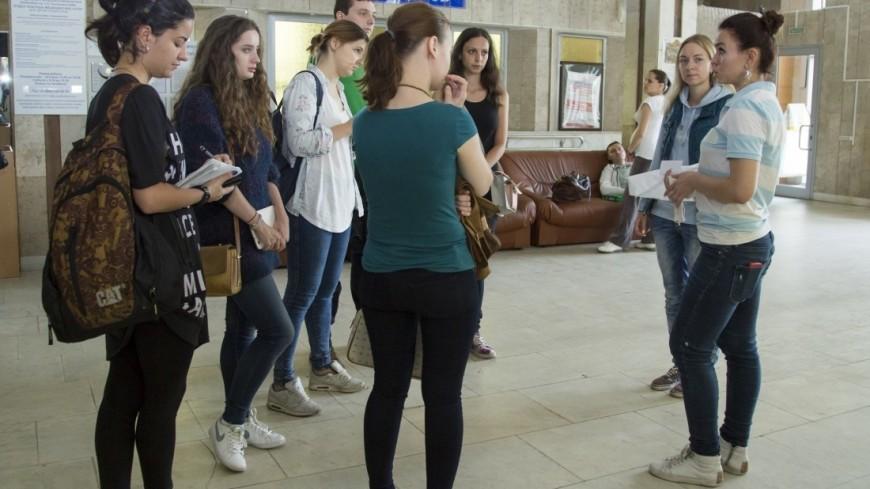 Волонтеры проекта «Веселый коридор» расписывают стены в московских больницах уже 4 года.,молодежь, студент, люди, обсуждение,молодежь, студент, люди, обсуждение