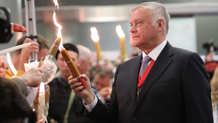 Благодатный огонь привезли из Иерусалима в Москву