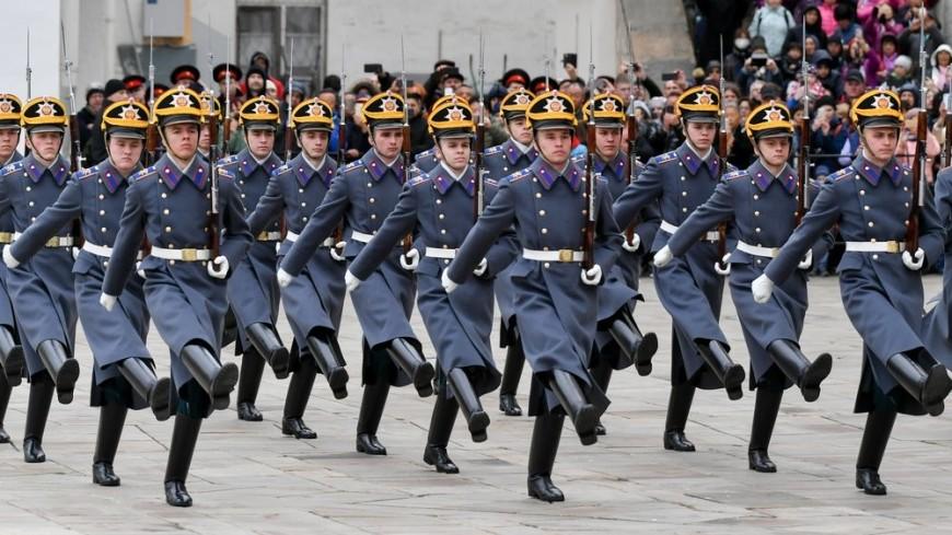 Кульбиты с карабинами и синхронисты на конях: первый развод караула в Кремле