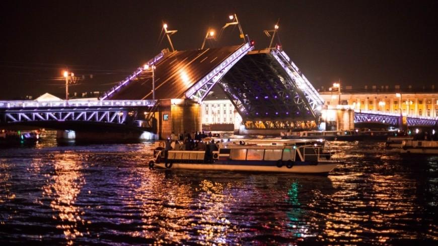Символ весны Петербурга: разводка мостов собрала сотни зрителей