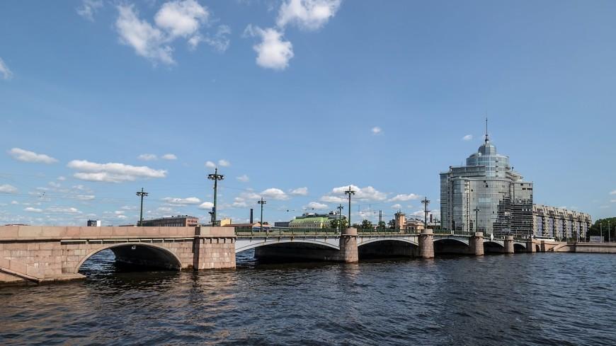 В Петербурге автомобиль пытался перепрыгнуть через мост