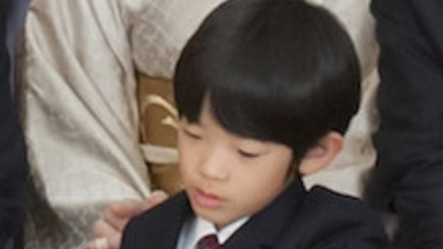 На школьной парте внука императора Акихито обнаружили два ножа