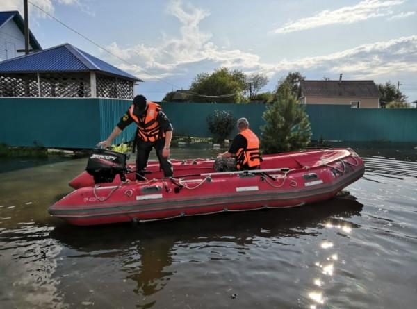 Гребень паводка достиг Хабаровска: на набережной возводят водоналивную дамбу