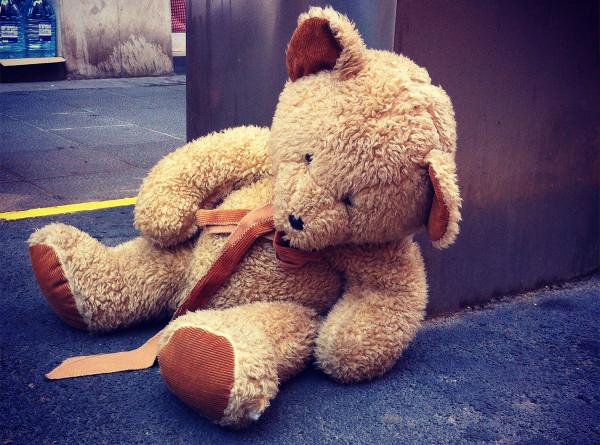 Найденная в лесу девочка получила от следователей СК плюшевого медведя