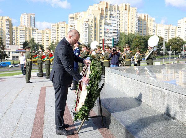 Премьер-министр Грузии возложил венок к стеле «Минск – город-герой»