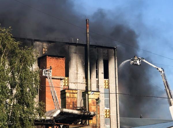 В Петербурге почти сутки тушили пожар на складе свечей