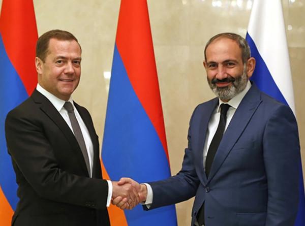 Медведев и Пашинян пообщались на полях межправсовета ЕАЭС