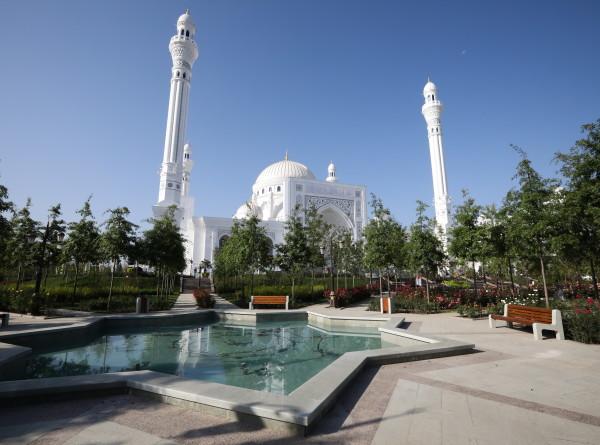Путин поздравил жителей Чечни с открытием самой крупной мечети в Европе