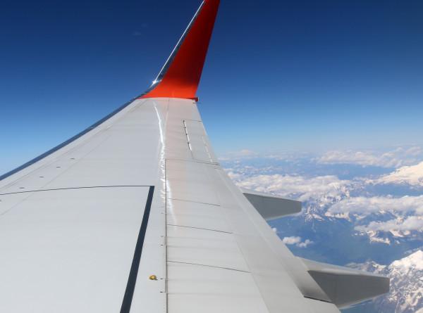 Экстремальная прогулка: алматинка прошлась по крылу летящего самолета