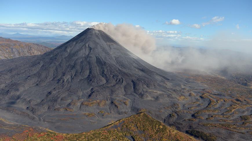Вулкан Карымский на Камчатке выбросил второй столб пепла за сутки