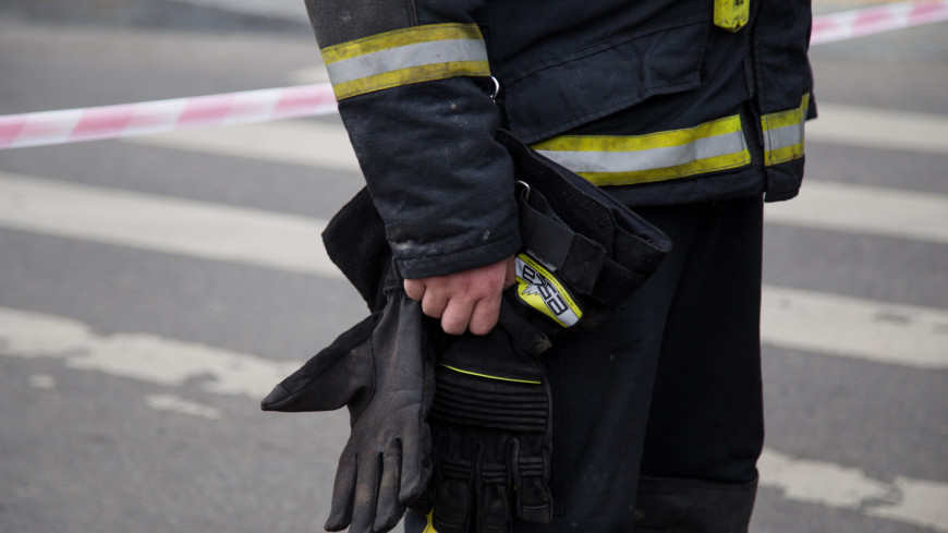 При тушении пожара на строительном рынке в Баку пострадали пять сотрудников МЧС
