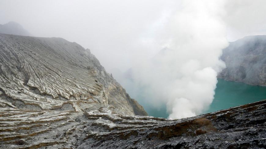 Вулкан Эбеко на Курилах выбросил столб пепла на три километра