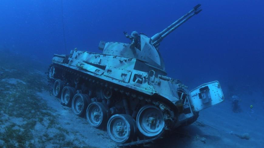 Танки и вертолеты под водой: уникальный музей открыли в Иордании