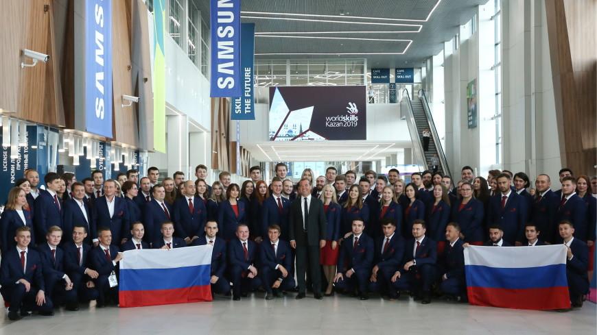 Медведев пожелал сборной России на WorldSkills успехов и получил в подарок значок