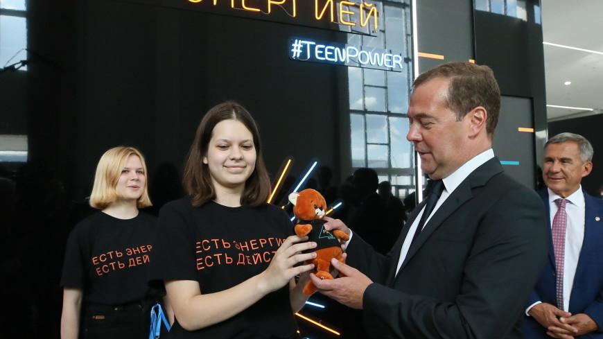 Молодежная команда «Росатома» подарила Медведеву на WorldSkills рыжего кота